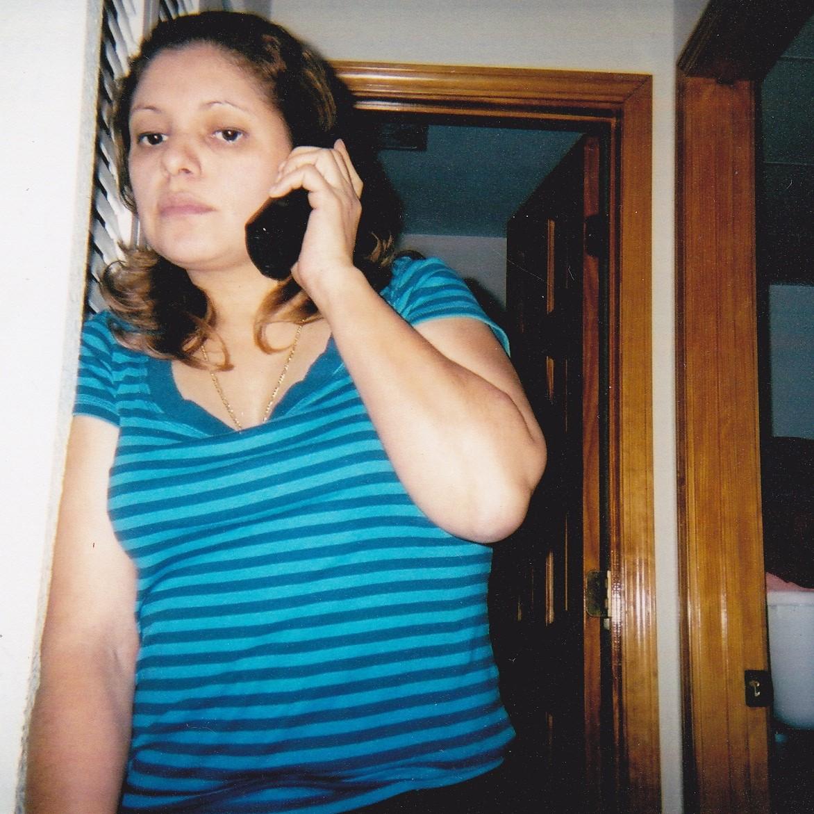 ella es mi mami queriendole hablar a mi hermanito y a mi papi